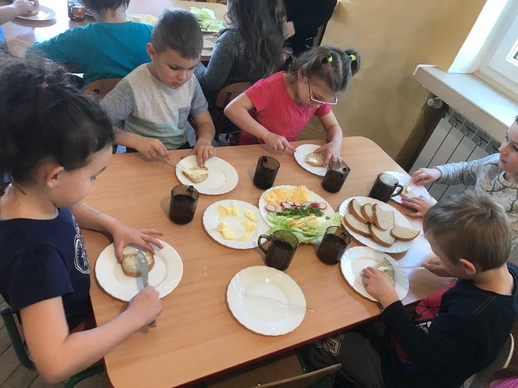 Ilustracja do informacji: Przedszkolaki robiły zdrowe kanapki