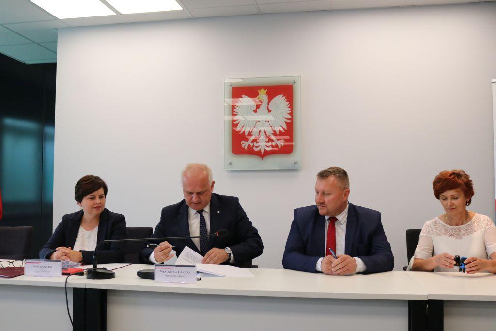Ilustracja do informacji: Umowa na remont rzepińskich dróg podpisana!