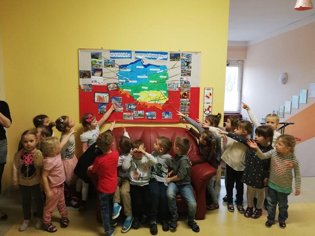 Ilustracja do informacji: Przedszkole Samorządowe nr 2 w Rzepinie bierze udział w wymianie pocztówkowej